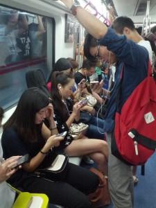 Was macht man heutzutage in der U-Bahn?